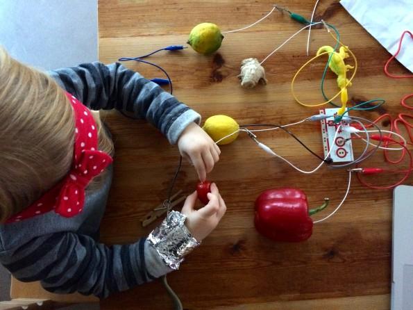 3-årige Elisabeth i dyb koncentra